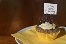 cupcake with a sign saying: I LOVE YOU, MOMMY on a plate