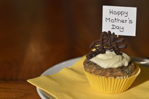 cupcake with a sign saying: HAPPY MOTHER'S DAY on a plate
