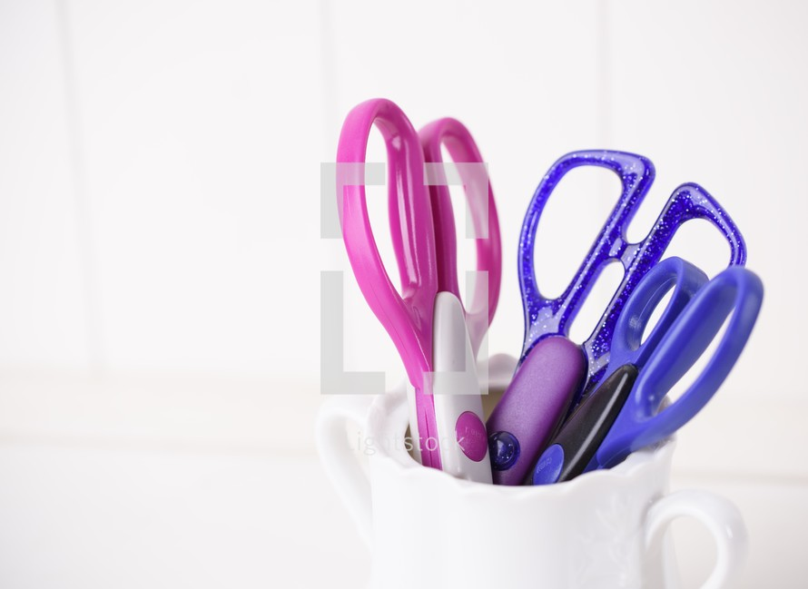 pink and purple scissors
