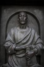 Mona statue