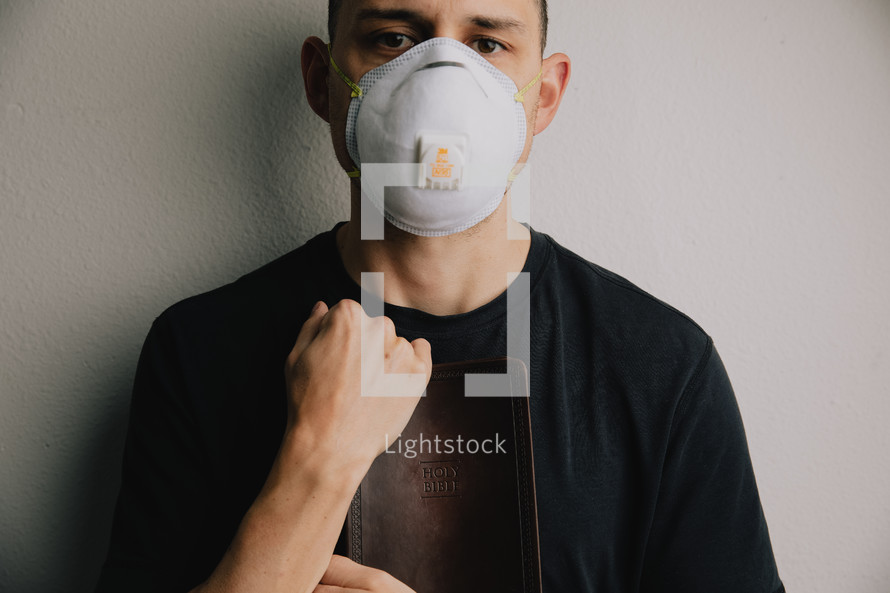 man in a N95 mask