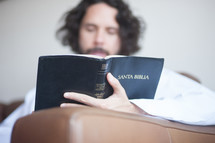 A man reading a Spanish Bible