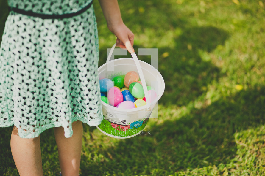 girl child holding an Easter basket
