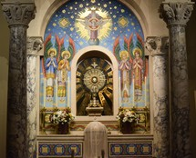 monstrance with host at an altar