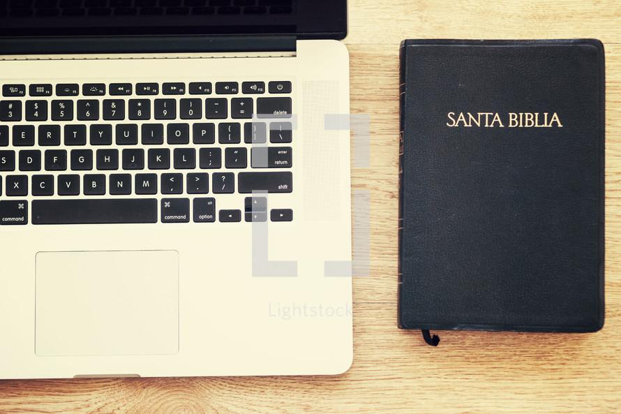 laptop and a Santa BIblia (Bible)