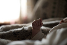 newborn babies hand