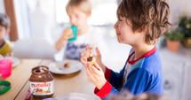 kids eating Nutella