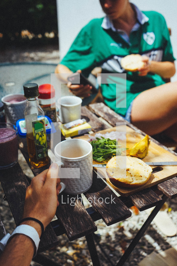 couple eating lunch outdoors