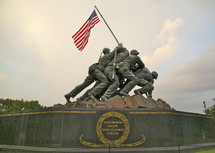 Statue of soldiers raising an American flag.