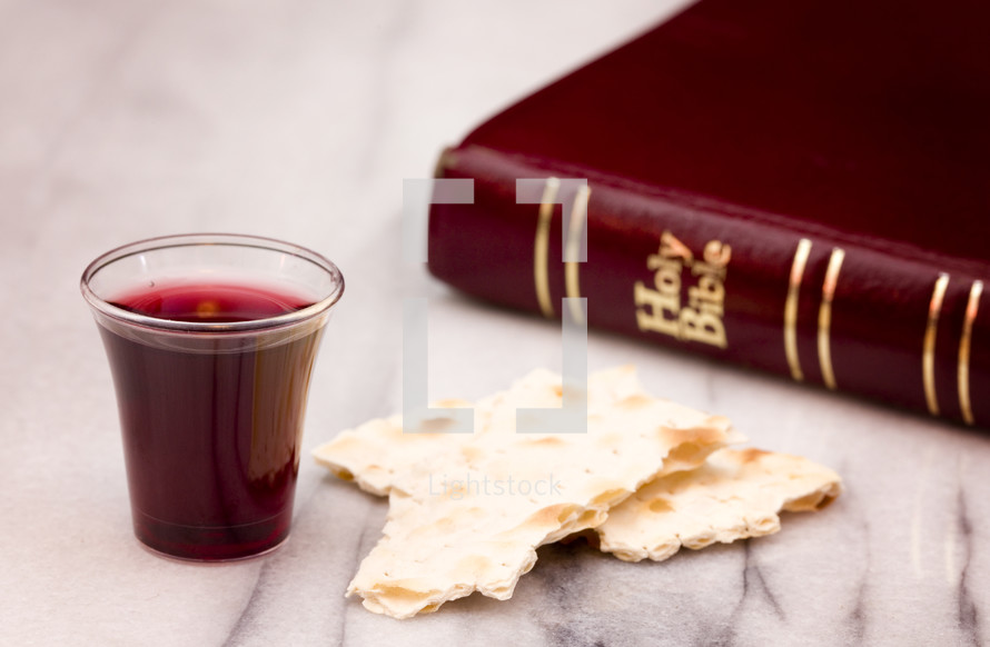 Bible, communion bread and wine cup — Photo — Lightstock