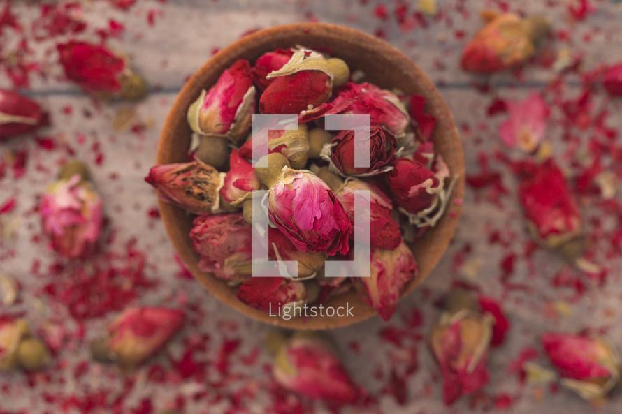 dried roses in a wooden bowl