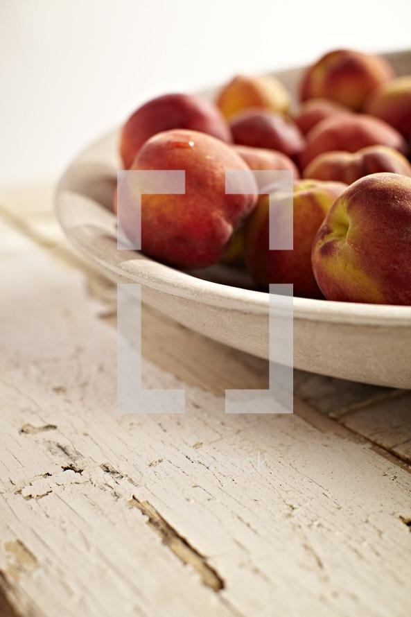 A bowl of peaches