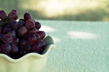 A bowl of red grapes