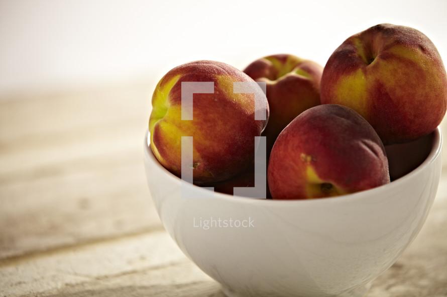 A bowl full of peaches