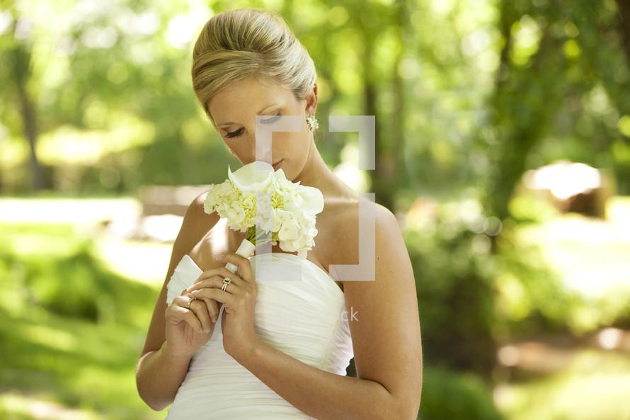blonde bride holding her wedding bouquet