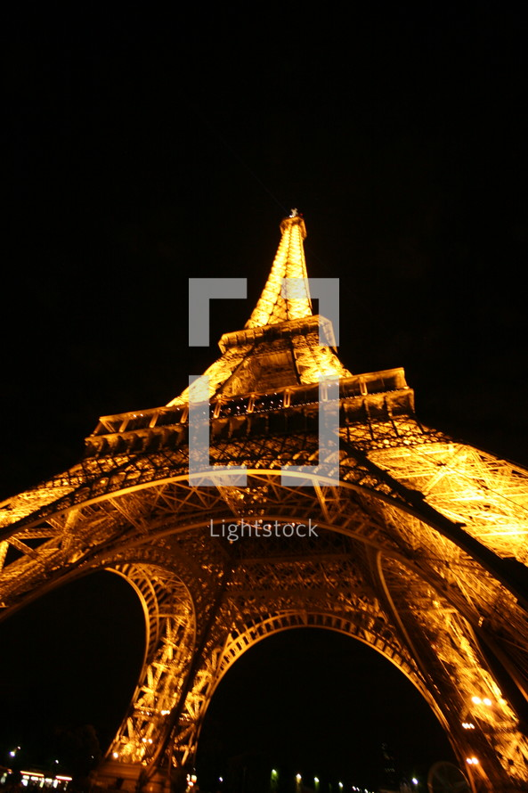 lights on the Eiffel Tower at night