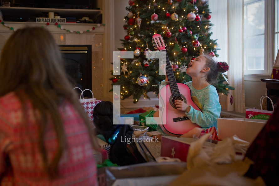 Kids opening presents on christmas morning — Photo by Chrissy ...