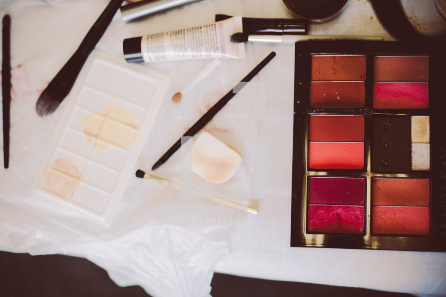 Make-up om a table.