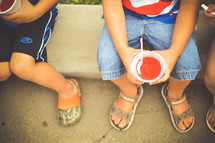 children eating snow cones