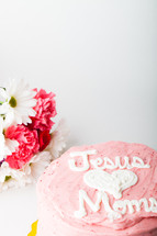 cake with the words Jesus loves moms