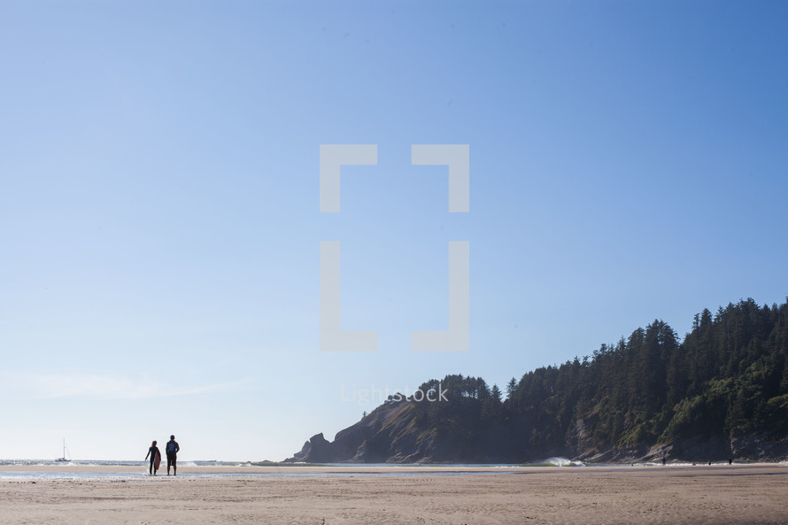 Silhouette of a couple on the beach.