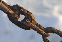 Close up of rusted torus chain links.