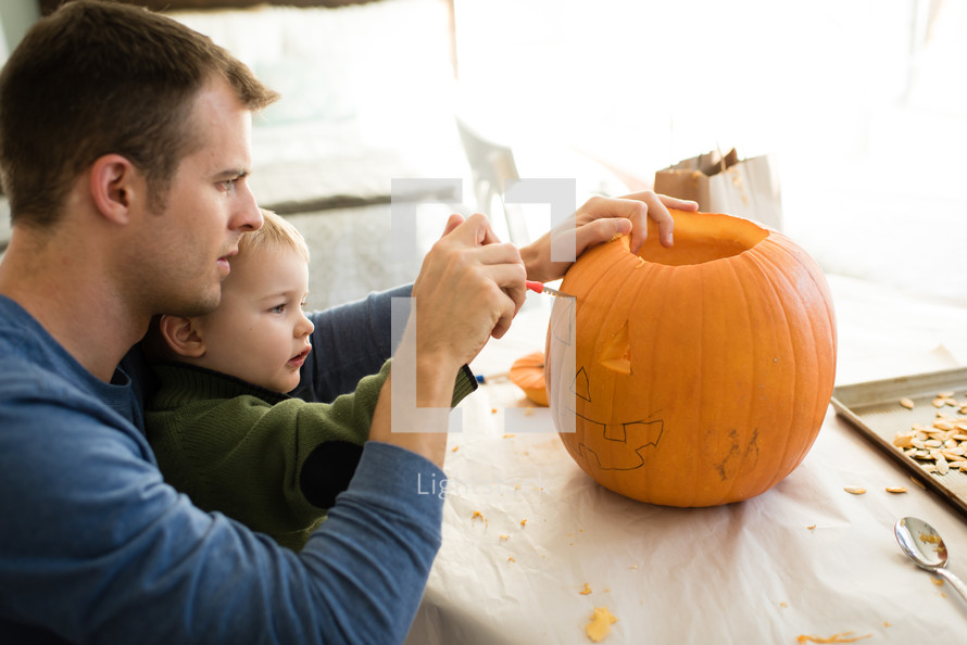 carving a pumpking