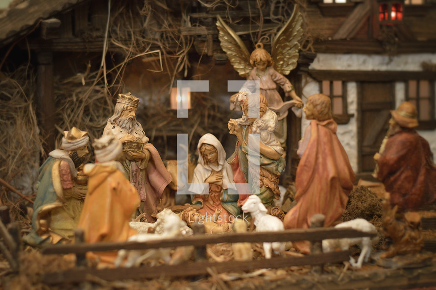 Nativity scene with Baby Jesus, Mary, Josef, shepherds and Magi in front of a stable.