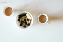coffee mugs and bowl of fruit