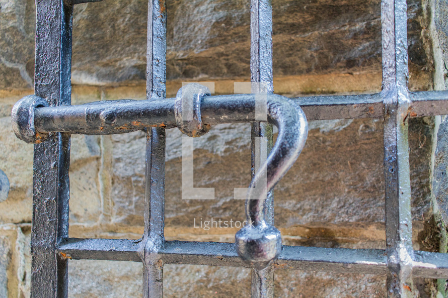 latch on a metal gate