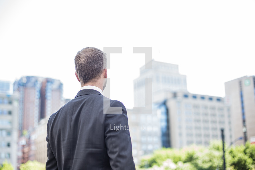 businessman with his back to the camera in a city