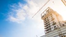 a construction crane over a building in a city