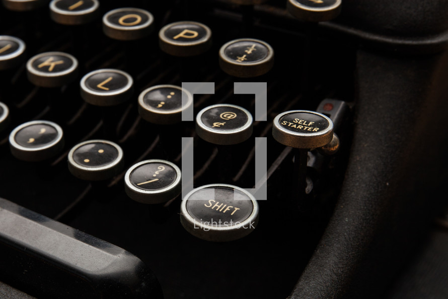 keys on an antique typewriter