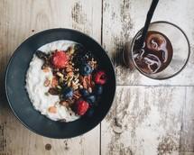 breakfast, oatmeal, berries, drink