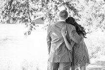 engagement portraits - hugging